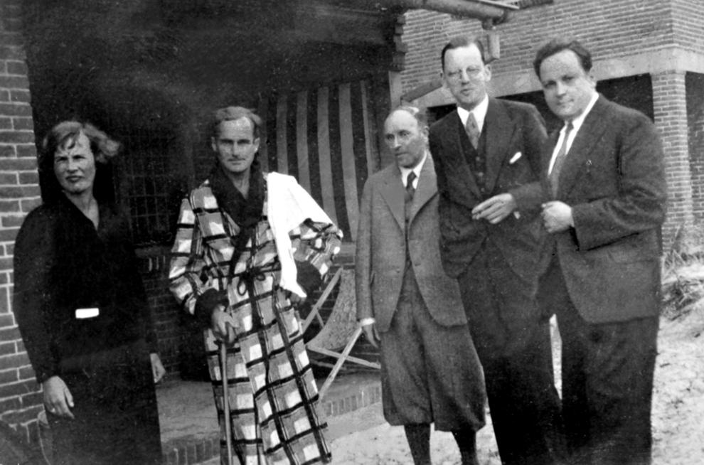 Van links naar rechts: Clara Eggink Adriaan Roland Holst Jacques Bloem zonder bril Menno Ter Braak Charles Edgar du Perron (meestal aangeduid als E. du Perron)