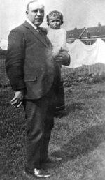 Jacques Bloem met Wim Bloem in St. Nicolaasga 1928